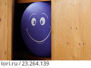 Синий шарик с нарисованной улыбкой в шкафу. Стоковое фото, фотограф Анатолий Платонов / Фотобанк Лори