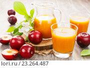 Купить «Сливовый сок на деревянном столе», фото № 23264487, снято 15 июля 2016 г. (c) Надежда Мишкова / Фотобанк Лори