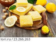 Купить «Лимонный пирог с кокосовой стружкой на кухонном столе», фото № 23266263, снято 17 июля 2016 г. (c) Надежда Мишкова / Фотобанк Лори