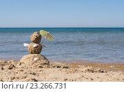 """Купить «""""Снеговик"""" из песка стоит на берегу моря», фото № 23266731, снято 13 июля 2016 г. (c) Дрогавцева Оксана / Фотобанк Лори"""