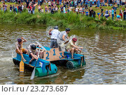 Купить «Lewes - Sussex, UK - 3/7/16. People Line The Banks Of The River Ouse To Watch and Also Throw Eggs and Flour At The Competing Rafts and Their Crews At The Annual Lewes Raft Race.», фото № 23273687, снято 3 июля 2016 г. (c) age Fotostock / Фотобанк Лори