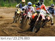 Четыре спортсмена участвуют в соревнованиях по мотокроссу (2016 год). Редакционное фото, фотограф Александр Корнейчев / Фотобанк Лори