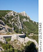 Купить «Автомобильная дорога в горах», фото № 23279643, снято 19 июля 2015 г. (c) Светлана Овчинникова / Фотобанк Лори