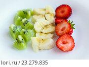 Ряды нарезанных фруктов и ягод: киви, банан, клубника. Стоковое фото, фотограф Александр Замоткин / Фотобанк Лори