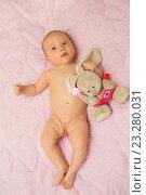 Купить «Новорождённая девочка с игрушкой», фото № 23280031, снято 3 мая 2016 г. (c) Анастасия Улитко / Фотобанк Лори