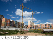 Подъёмные краны над строящимся домом. Стоковое фото, фотограф Малахов Алексей / Фотобанк Лори