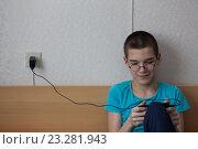 Мальчик с телефоном. Стоковое фото, фотограф OlgaM. / Фотобанк Лори