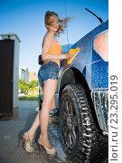 Сексуальная блондинка моет машину. Стоковое фото, фотограф Сергей Сухоруков / Фотобанк Лори