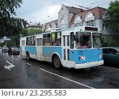 Купить «Троллейбус ЗиУ-682В на улице Ленинградской в Хабаровске», фото № 23295583, снято 26 июня 2014 г. (c) Дмитрий Гаврилюк / Фотобанк Лори