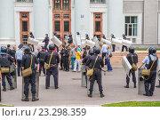 Купить «Учения сотрудников полиции по пресечению нарушений правопорядка на массовом мероприятии. Москва», эксклюзивное фото № 23298359, снято 28 июня 2016 г. (c) Владимир Князев / Фотобанк Лори