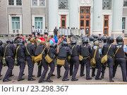Купить «Учения сотрудников полиции по пресечению нарушений правопорядка на массовом мероприятии. Москва ВДНХ», эксклюзивное фото № 23298367, снято 28 июня 2016 г. (c) Владимир Князев / Фотобанк Лори