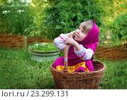 Девочка в костюме Машеньки села в плетеную корзину. Стоковое фото, фотограф Tanya Ischenko / Фотобанк Лори