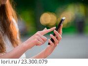 Смартфон в руках девушки в парке. Стоковое фото, фотограф Дмитрий Травников / Фотобанк Лори