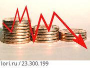 Купить «Красный значок стрелка - график на фоне денег», фото № 23300199, снято 13 февраля 2016 г. (c) Сергеев Валерий / Фотобанк Лори