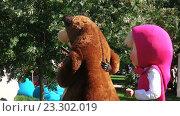 Купить «Ростовые куклы Маша и медведь», видеоролик № 23302019, снято 16 июля 2016 г. (c) Потийко Сергей / Фотобанк Лори