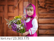 Маленькая славянская девочка в народном костюме с букетом полевых цветов. Стоковое фото, фотограф Tanya Ischenko / Фотобанк Лори