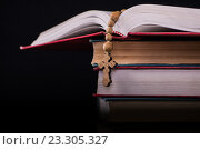 Bible and cross in religious concept. Стоковое фото, фотограф Elnur / Фотобанк Лори