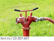 Купить «Колонка пожарная с рукавом», эксклюзивное фото № 23307667, снято 25 июля 2016 г. (c) Александр Щепин / Фотобанк Лори