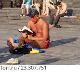 Купить «Мужчина загорает и читает книгу», фото № 23307751, снято 17 июля 2016 г. (c) Павел Кулинич / Фотобанк Лори