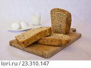 Домашний хлеб на деревянной доске. Стоковое фото, фотограф Алексей Большаков / Фотобанк Лори