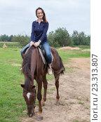 Счастливая девушка сидит верхом на лошади. Стоковое фото, фотограф Кекяляйнен Андрей / Фотобанк Лори