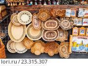 Купить «Изделия из бересты, сувенирная торговля в Великом Новгороде, Россия», фото № 23315307, снято 22 июля 2016 г. (c) Зезелина Марина / Фотобанк Лори