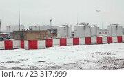 Купить «Вид из самолета на аэропорт Домодедово», видеоролик № 23317999, снято 5 марта 2015 г. (c) Курганов Александр / Фотобанк Лори