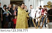 Купить «Святой отец проводит обряд крещения в церкви святых мучеников Веры, Надежды, Любви и Софии», видеоролик № 23318771, снято 17 октября 2015 г. (c) Курганов Александр / Фотобанк Лори