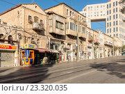 Купить «Пешеходная улица с кафе и магазинами  в центре Иерусалима. Израиль.», фото № 23320035, снято 7 августа 2014 г. (c) Игорь Рожков / Фотобанк Лори
