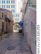 Купить «Пешеходная улица с кафе и магазинами  в центре Иерусалима. Израиль.», фото № 23320059, снято 7 августа 2014 г. (c) Игорь Рожков / Фотобанк Лори