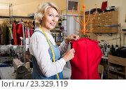 Купить «Швея в мастерской примеряет одежду на манекен», фото № 23329119, снято 16 октября 2018 г. (c) Татьяна Яцевич / Фотобанк Лори