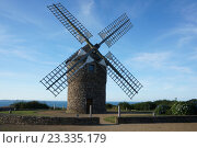 Мельница на фоне моря. Бретань, Плуезек, Кот-д'Армо. Стоковое фото, фотограф Stjarna / Фотобанк Лори