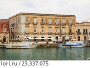 Купить «Дом на набережной острова Ортиджа в итальянском городе Сиракузы (Сицилия)», фото № 23337075, снято 4 июня 2016 г. (c) Хименков Николай / Фотобанк Лори