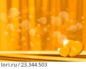 Свадебный золотистый фон с бликами и сердечками. Стоковая иллюстрация, иллюстратор Николай Полыгалин / Фотобанк Лори