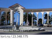 Фонтан и колоннада в городе Гагре, Абхазия (2016 год). Редакционное фото, фотограф Алексей Гусев / Фотобанк Лори