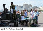 Купить «Полевая кухня с солдатской кашей и чаем. Празднование Дня ВДВ в парке Горького в Москве», эксклюзивное фото № 23349651, снято 2 августа 2016 г. (c) lana1501 / Фотобанк Лори