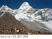 A climbing team with views of Ama Dablam, Everest region, Himalayas, Nepal, Asia. Стоковое фото, фотограф Alex Treadway / age Fotostock / Фотобанк Лори