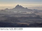 Badlands layers on a hazy morning, Badlands National Park, South Dakota, United States of America, North America. Стоковое фото, фотограф James Hager / age Fotostock / Фотобанк Лори