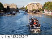Купить «Прогулочные катера проходят под Крымским мостом, Париж, Франция», фото № 23355547, снято 17 июля 2016 г. (c) Илья Бесхлебный / Фотобанк Лори