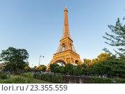 Купить «Эйфелева башня на закате, Париж, Франция», фото № 23355559, снято 18 июля 2016 г. (c) Илья Бесхлебный / Фотобанк Лори