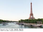 Купить «Река Сена и Эйфелева башня вечерний вид с моста Бир-Акейм, Париж», фото № 23355563, снято 18 июля 2016 г. (c) Илья Бесхлебный / Фотобанк Лори