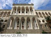 Фасад главного корпуса пансионата «Гагрипш», Гагра, Абхазия (2016 год). Редакционное фото, фотограф Алексей Гусев / Фотобанк Лори