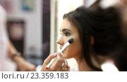 Купить «Визажист делает девушке красивый макияж, парикмахер делает прическу», видеоролик № 23359183, снято 5 августа 2016 г. (c) Константин Шишкин / Фотобанк Лори