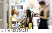 Купить «Визажист делает модели красивый макияж, парикмахер делает прическу», видеоролик № 23359215, снято 5 августа 2016 г. (c) Константин Шишкин / Фотобанк Лори