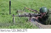 Купить «Солдат с пулеметом в поле», видеоролик № 23360271, снято 5 августа 2016 г. (c) Игорь Долгов / Фотобанк Лори