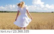 Купить «smiling young woman in white dress on cereal field», видеоролик № 23360335, снято 3 августа 2016 г. (c) Syda Productions / Фотобанк Лори