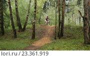 Купить «Велосипедист спускается с не большого холма», видеоролик № 23361919, снято 3 августа 2016 г. (c) Игорь Усачев / Фотобанк Лори