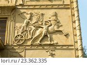 Купить «Египетские ворота. Колесница. Барельеф. Город Пушкин», эксклюзивное фото № 23362335, снято 27 июля 2016 г. (c) Александр Щепин / Фотобанк Лори