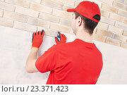 Купить «wall facing work with brick by professional bricklayer worker», фото № 23371423, снято 20 февраля 2016 г. (c) Дмитрий Калиновский / Фотобанк Лори