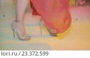 Купить «Стройная девушка танцует на высоких каблуках в ночном клубе, ноги крупным планом», видеоролик № 23372599, снято 10 февраля 2016 г. (c) Александр Багно / Фотобанк Лори